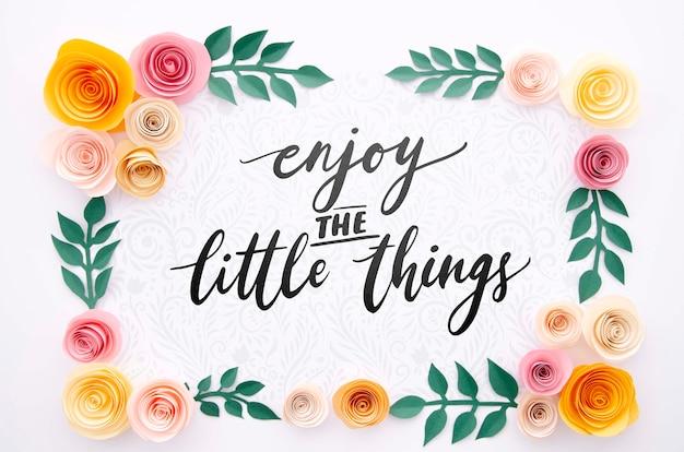 Marco artístico de flores con mensaje motivador