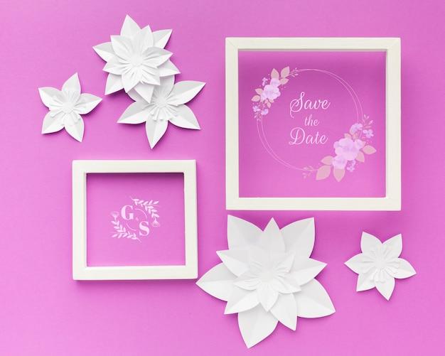 Marco de boda con flores de papel sobre papel tapiz púrpura