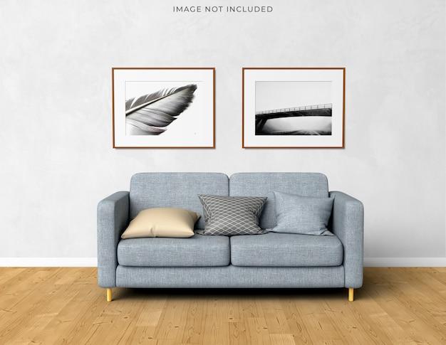 Marco del cartel de la maqueta en el marco de madera vacío que se coloca en el interior moderno de la sala de estar.