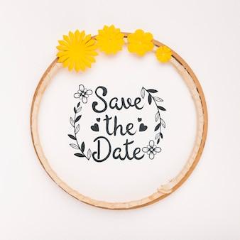 El marco circular con flores amarillas guarda la maqueta de la fecha