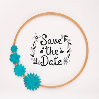 El marco circular con flores azules guarda la maqueta de la fecha