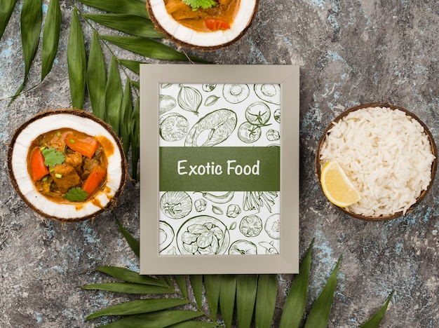 Marco de comida exótica con pollo al curry