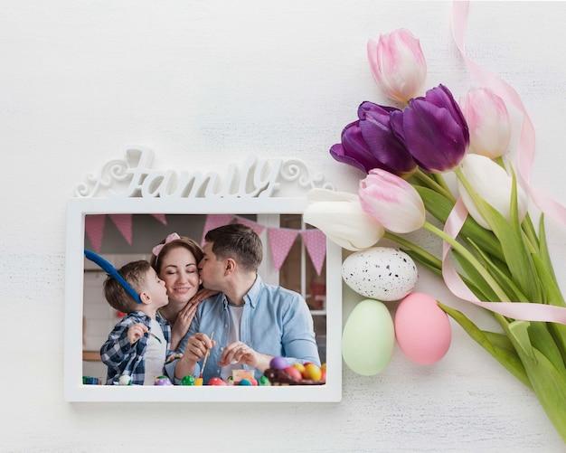 Marco y flores con huevos