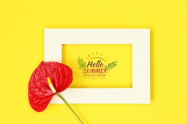Marco de la foto de la maqueta con la flor en fondo amarillo