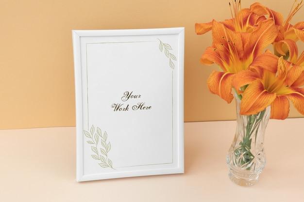 Marco de la foto de la maqueta con flores ramo de naranja