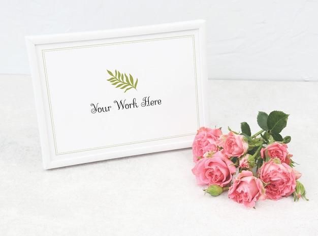 Marco de la foto de la maqueta con rosas de color rosa