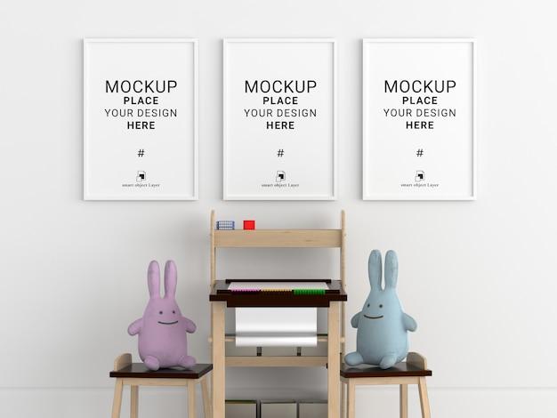 Marco de fotos en blanco para maqueta en habitación infantil blanca