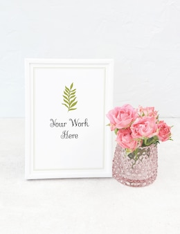 Marco de fotos blanco maqueta con ramo de rosas
