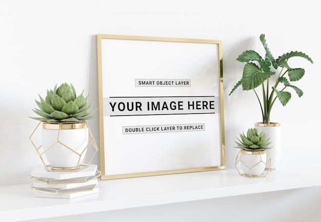 Marco de fotos cuadrado que se coloca en el estante maqueta