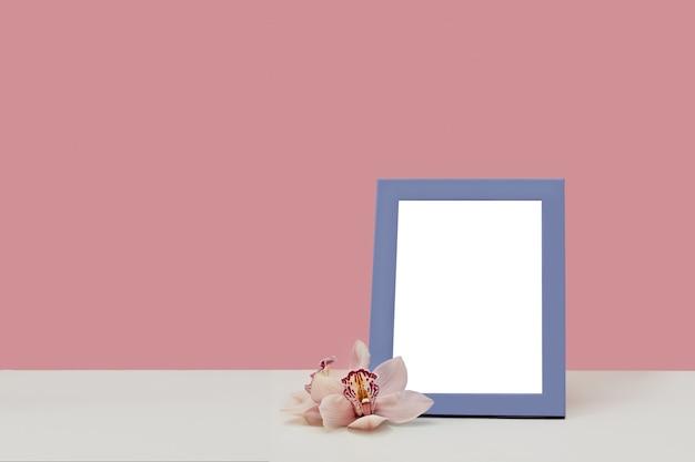 Marco de fotos decorado con flores de orquídeas