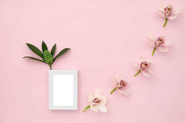 Marco de fotos decorado con hojas verdes
