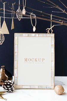 Marco de fotos festivo en una mesa