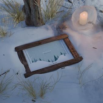 Marco iluminado por velas en invierno