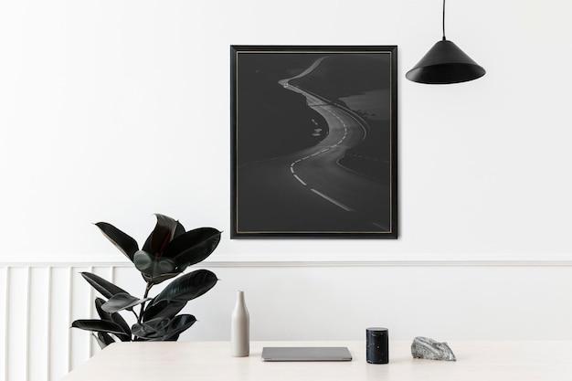 Marco de imagen colgado en una pared blanca