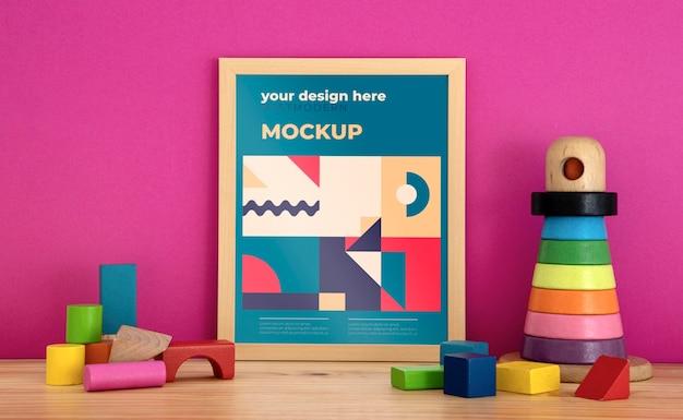 Marco de maqueta en el escritorio con bloques de juguetes.