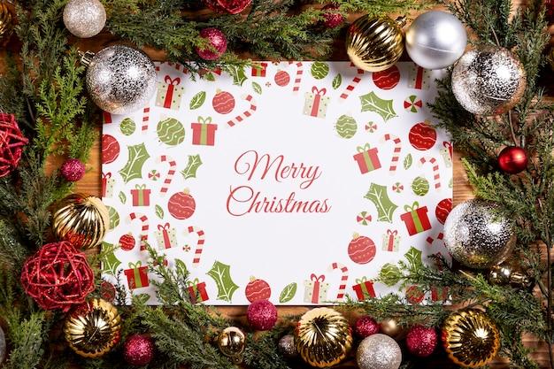 Marco de maqueta hecho con muchas bolas navideñas y hojas de pino