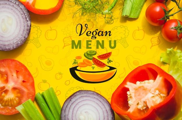 Marco con maqueta de verduras frescas