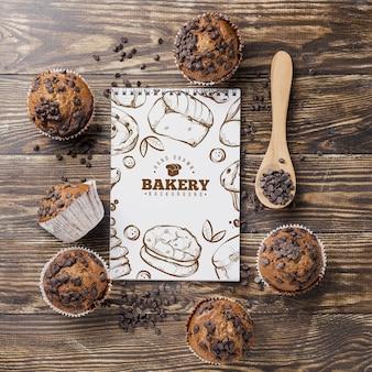 Marco de muffins con cuaderno