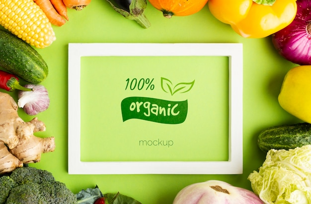 Marco orgánico y verde con verduras.