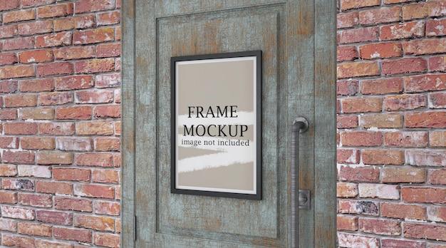 Marco de póster de maqueta en la puerta
