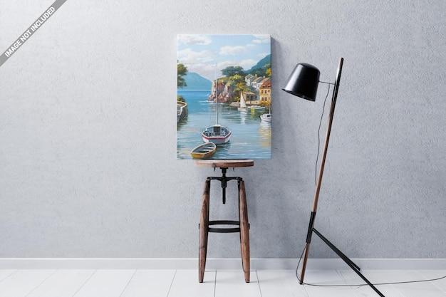 Marco de póster en la maqueta de la silla de madera.