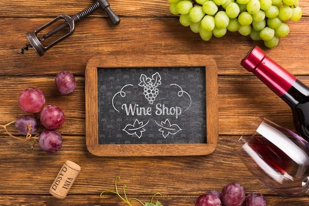 Marco con uvas y botella de vino