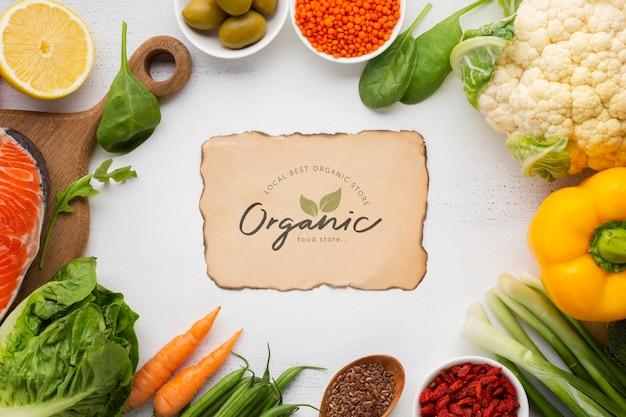 Marco de verduras con maqueta de tarjeta orgánica