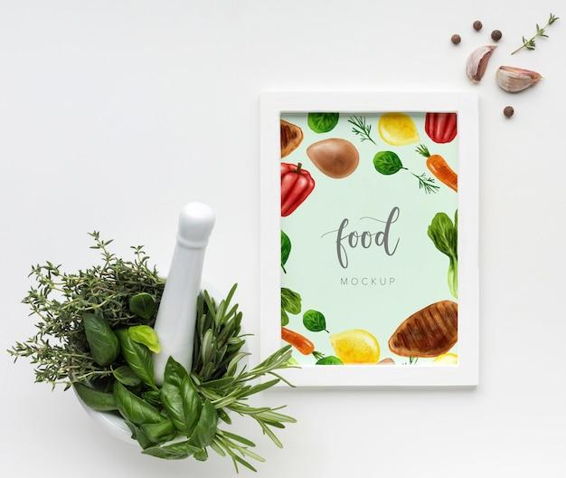 Marco vertical de maquetas de alimentos con ajo y hierbas