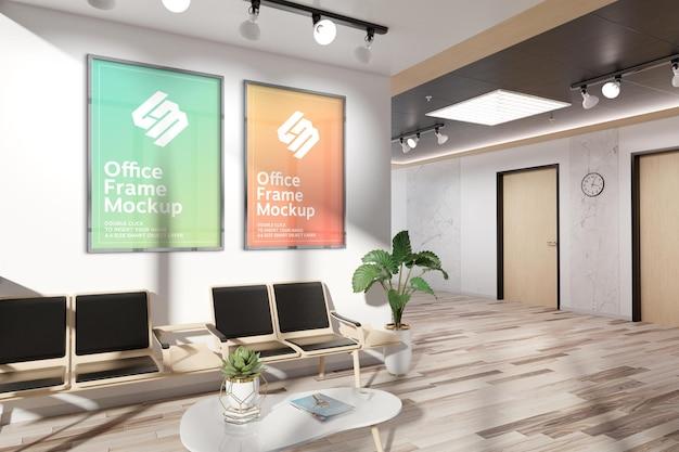 Marcos colgados en maqueta de pared de oficina