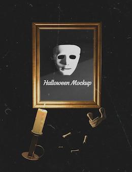 Máscara blanca de terror en un marco con huesos circundantes