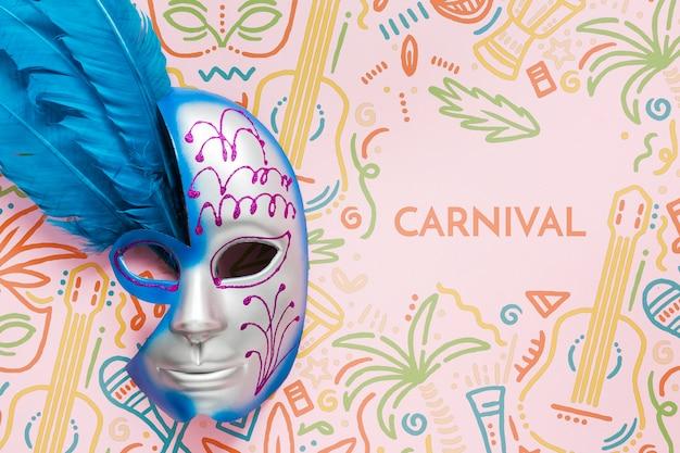 Máscara de carnaval brasileña decorada con plumas