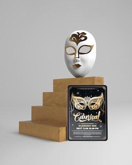 Máscara en escaleras y maqueta de póster de carnaval