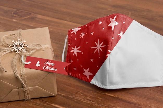 Máscara y regalo de navidad de alto ángulo