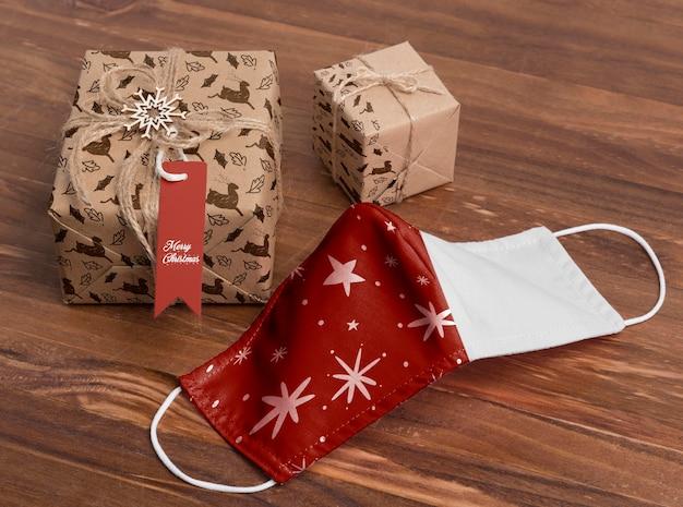 Máscara y regalos de navidad de alto ángulo
