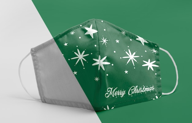 Máscara verde con maqueta de estrellas.