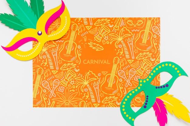 Máscaras de carnaval brasileñas con plumas de colores.