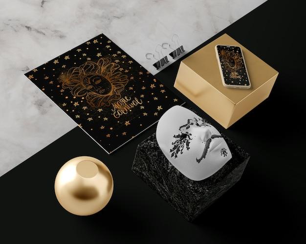 Maschera di carnevale e decorazioni sul tavolo