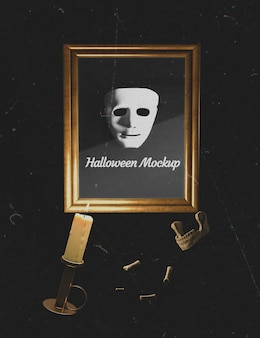 Maschera horror bianca in una cornice con ossa circostanti