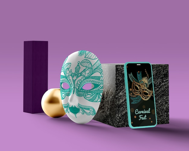 Masker naast telefoon met carnaval-thema