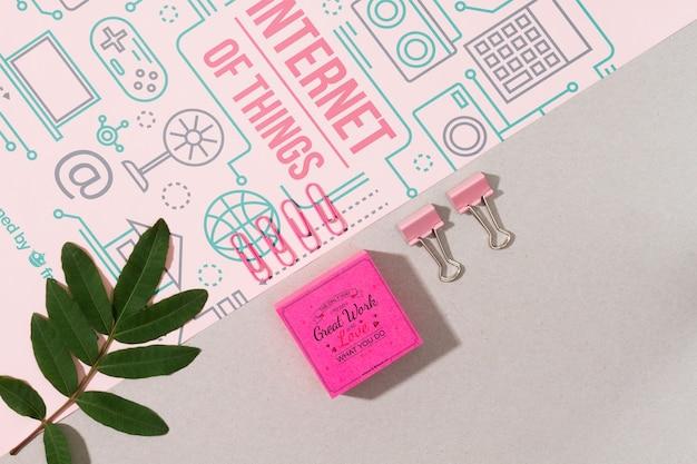 Materiales escolares de color rosa en la plantilla de la mesa