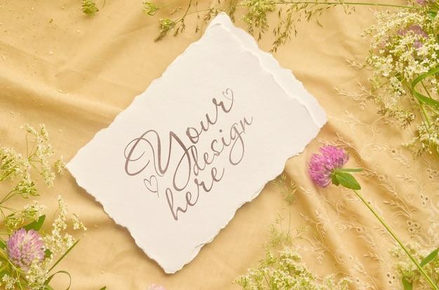 Matrimonio biglietti d'invito mockup sul fiore