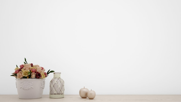 Mazzo delle rose artificiali in vaso bianco, parete in bianco con copyspace