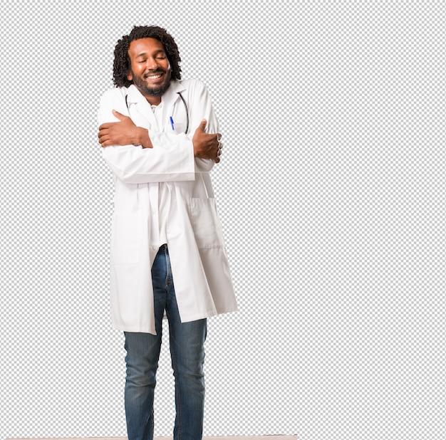 Medico afroamericano bello fiero e sicuro, indicando le dita, esempio da seguire, concetto di soddisfazione, arroganza e salute