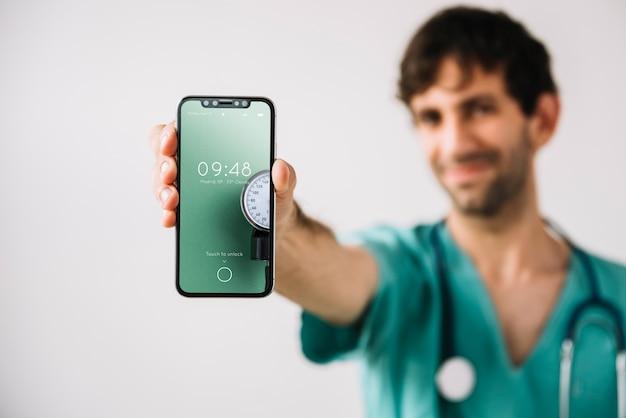 Medico che mostra il modello di smartphone