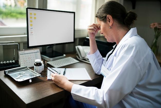 Medico che scrive una prescrizione