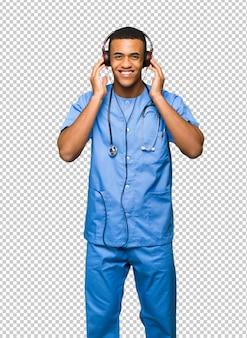 Médico cirujano hombre escuchando música con auriculares