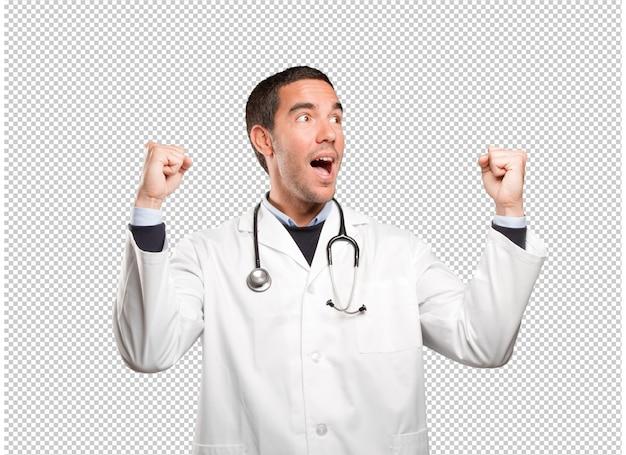 Medico felice con il gesto di celebrazione contro fondo bianco
