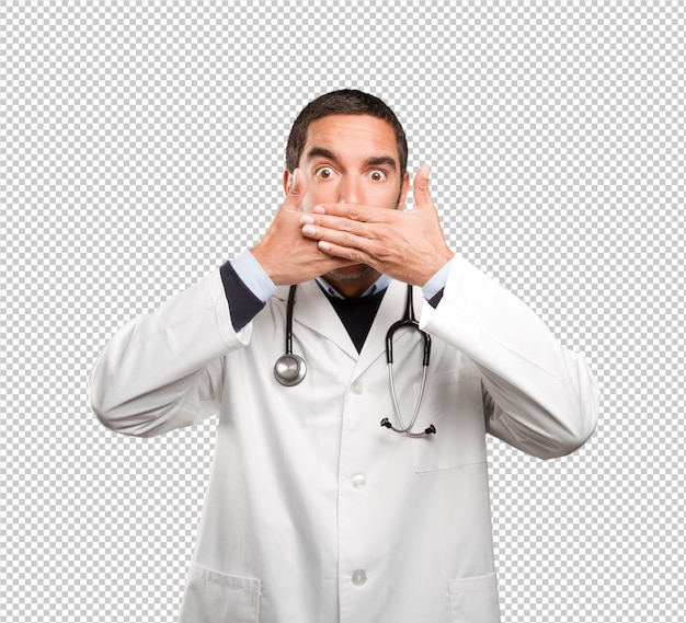 Medico scioccato che copre la bocca su sfondo bianco
