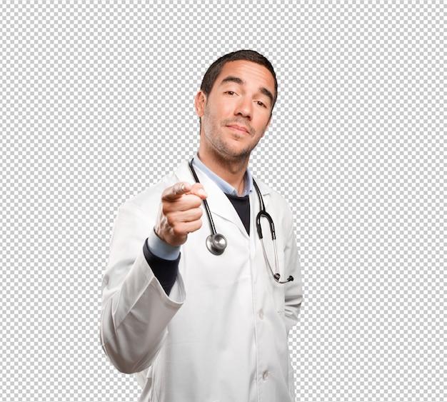 Medico sicuro che ti indica contro la priorità bassa bianca