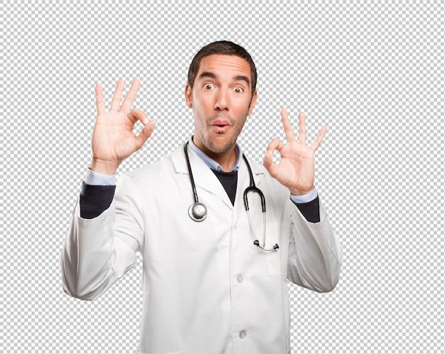 Medico soddisfatto con un gesto giusto contro fondo bianco